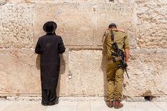 Soldado y Ortodoxo rezando